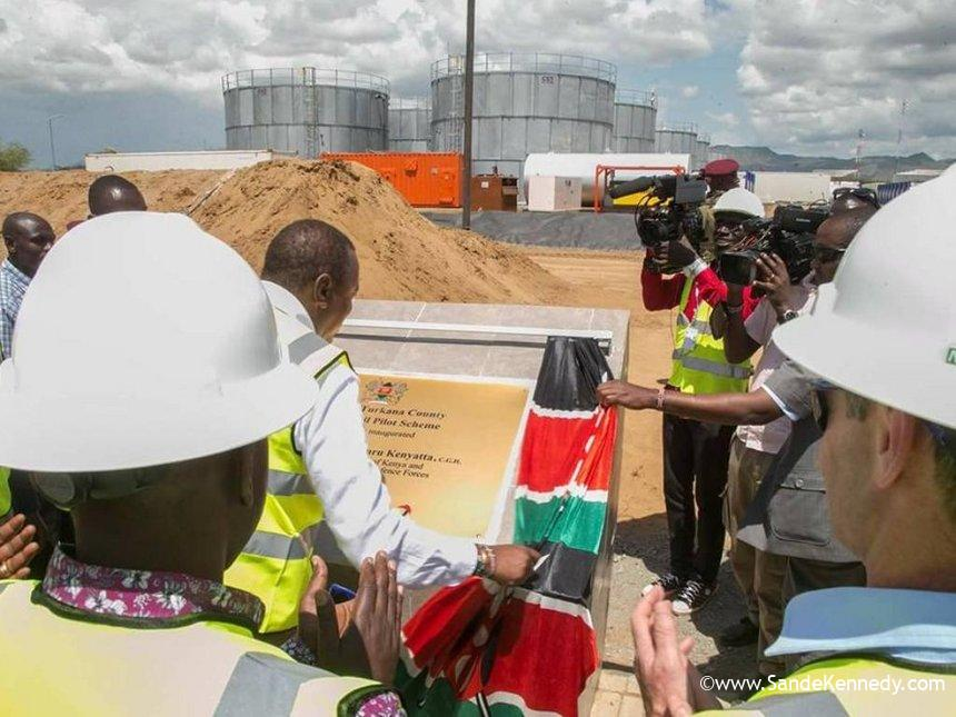 President Uhuru Kenyatta unveils a plaque when he flagged off the first consignment of oil from Turkana, June 3, 2018. /PSCU